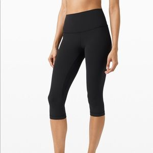 EUC Lululemon basic black capris